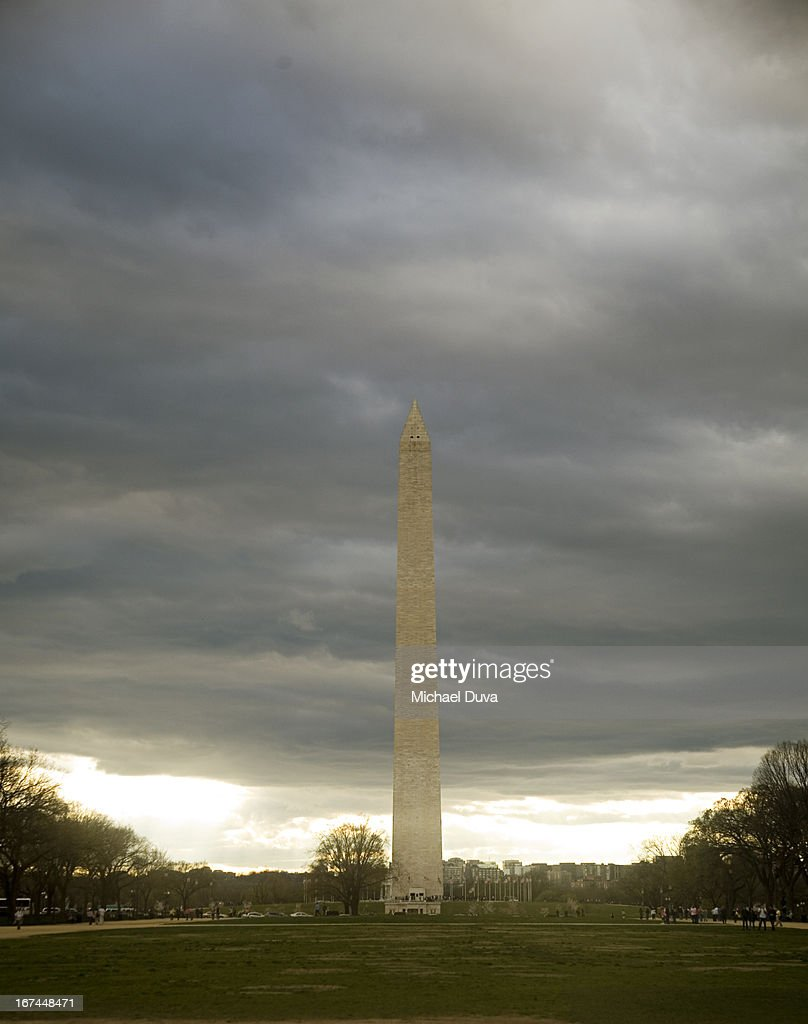 the washington monument at dusk on overcast day : Stock Photo