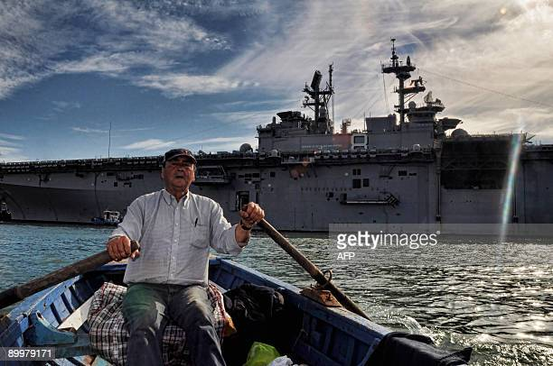 The Waspclass amphibious assault ship USS Makin Island remains docked in the port city of Valparaiso on August 20 2009 The Makin Island arrived in...