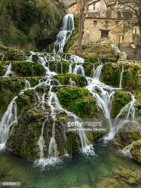 the waterfall of orbaneja del castillo, burgos, spain. - orbaneja del castillo photos et images de collection