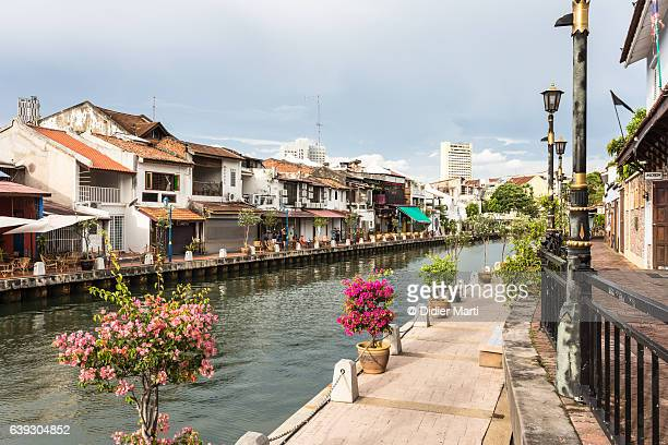 the waterfront promenade along the melaka river in melaka (malacca) in malaysia - melaka state stock pictures, royalty-free photos & images