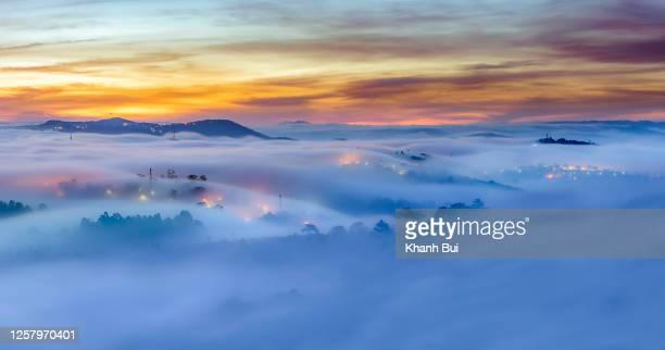 the wave fog wind in valley at sunrise - hochplateau stock-fotos und bilder