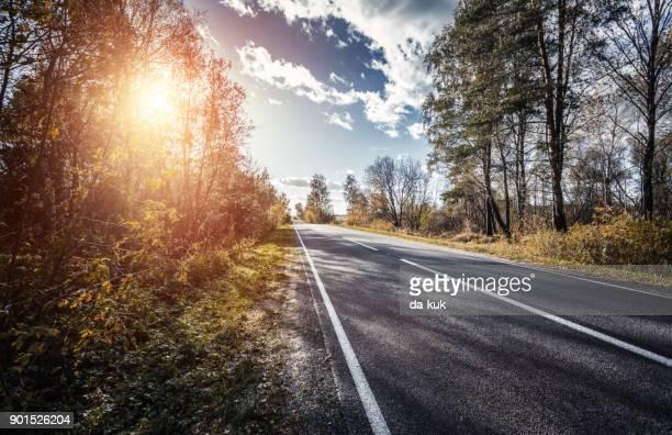 De weg voorwaarts bij zonsondergang