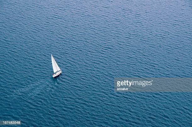la via giusta - barca a vela foto e immagini stock