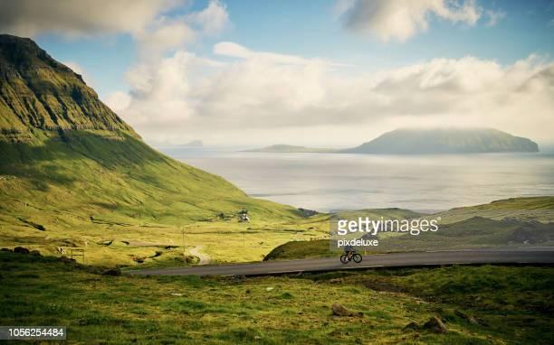 el tiempo es aclarar en la mirada de las cosas - islas faroe fotografías e imágenes de stock