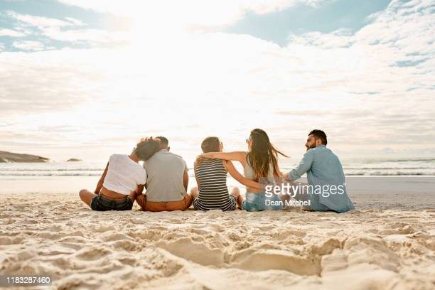 the weather's hot but they're super chilled - amigos imagens e fotografias de stock
