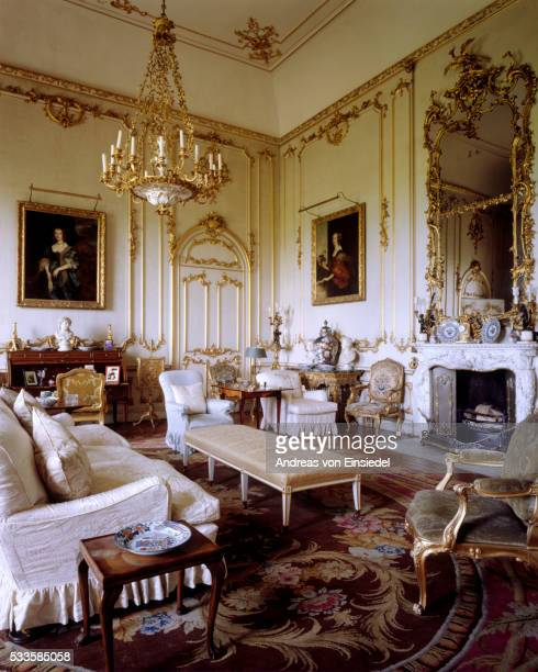 the white and gold room with mid-c18th decoration at petworth house, west sussex - século xviii - fotografias e filmes do acervo