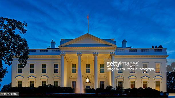 the white house at dusk - la maison blanche photos et images de collection