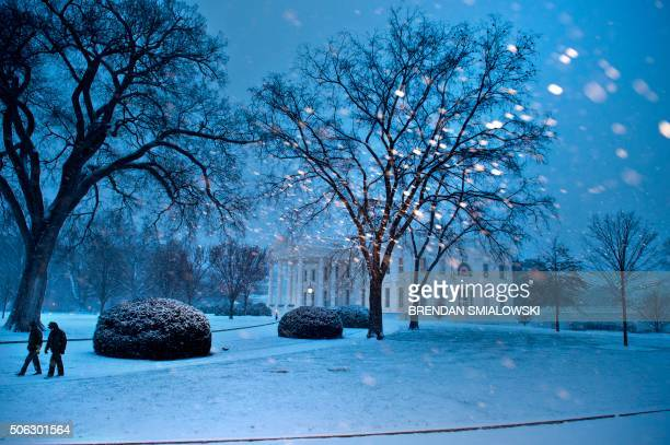 TOPSHOT The White House is seen during a snowstorm in Washington January 22 2016 Thousands of flights were cancelled and supermarket shelves were...