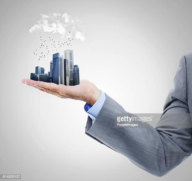 Die ganze Stadt in der Handfläche von Ihrer hand