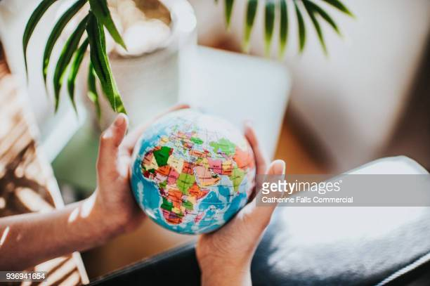 the whole world in his hands - globe terrestre photos et images de collection