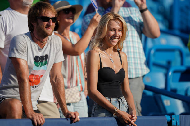 ATP CINCINNATI 2018 - Page 12 The-wife-of-daniil-medvedev-of-russia-smiles-while-her-husband-speaks-picture-id1162581629?k=6&m=1162581629&s=612x612&w=0&h=cvQ6A_ygssjMF0Cg8oNUZd8wCXKReO0w7VunEaVDMHM=