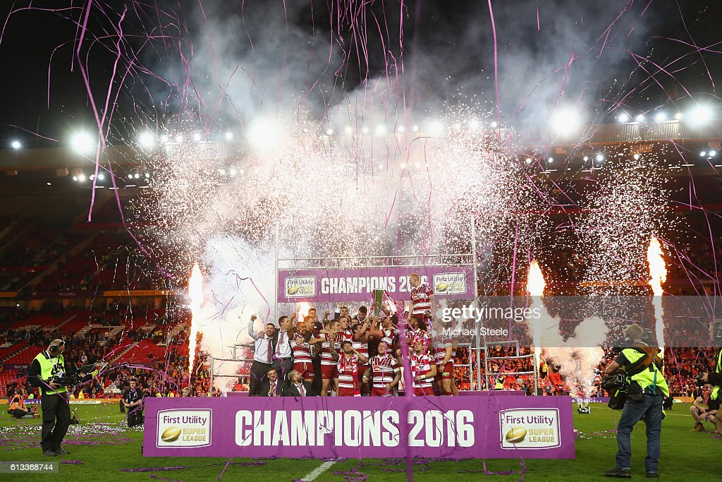 The Wigan players celebrate their 12-6 victory during the First Utility Super League Final between Warrington Wolves and Wigan Warriors at Old Trafford on October 8, 2016 in Manchester, England.