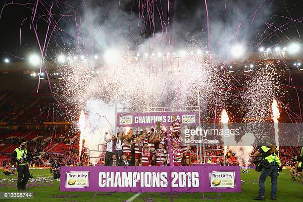 The Wigan players celebrate their 126 victory during the First Utility Super League Final between Warrington Wolves and Wigan Warriors at Old...