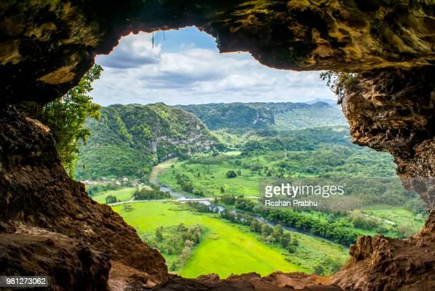 the window cave - paisajes de puerto rico fotografías e imágenes de stock