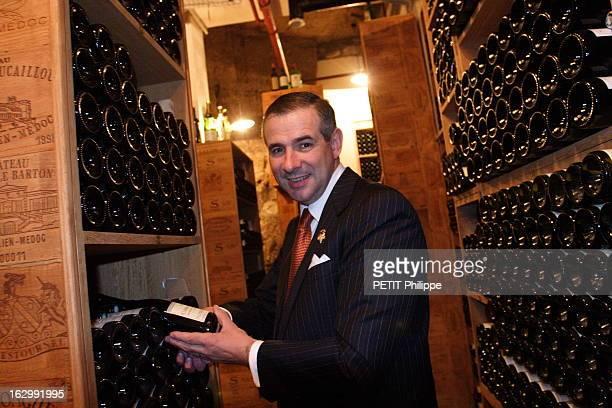 The Wine Waiter Of George V Plan de face souriant d'Eric BEAUMARD sommelier du Four Seasons Hôtel George V à PARIS posant dans les caves du...