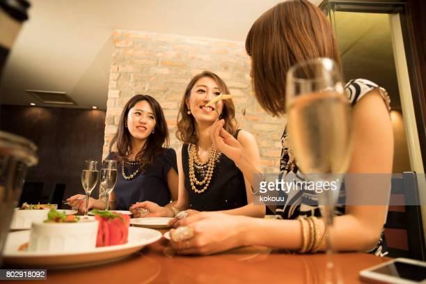 La femme jouit de dîner au bar à Tokyo.