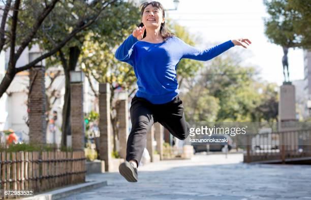 ジャンプ女性