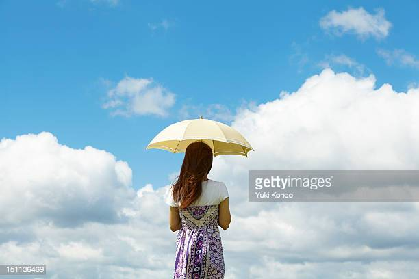 The woman who puts a parasol.