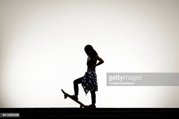 the woman who stands on the skateboarding - yusuke nishizawa stock pictures, royalty-free photos & images