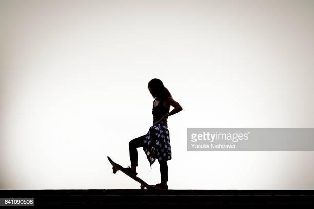 the woman who stands on the skateboarding - yusuke nishizawa stock-fotos und bilder