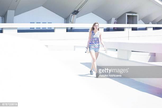 the woman who walks with skateboarding - yusuke nishizawa foto e immagini stock