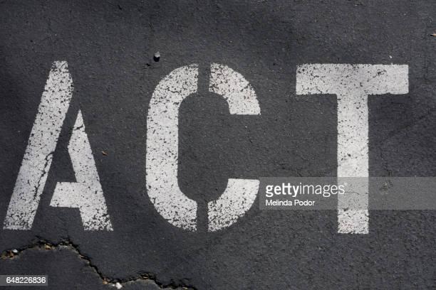 """the word """"act"""" painted on asphalt - help palavra única - fotografias e filmes do acervo"""