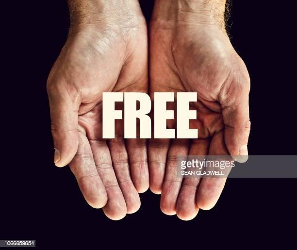 the word free in hands - gratis - fotografias e filmes do acervo