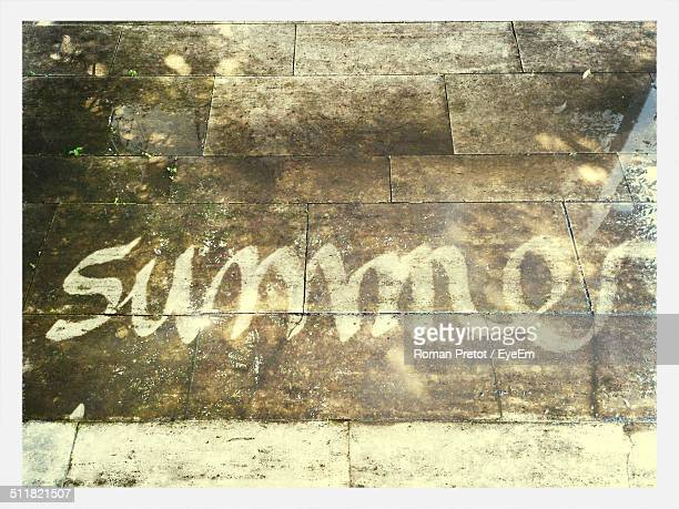 the word summer written on the ground - roman pretot 個照片及圖片檔