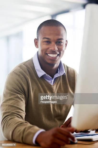 het werk dat ik doe houdt me glimlachend - verticaal stockfoto's en -beelden
