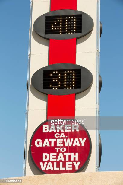 the world's largest thermometer in baker, gateway to death valey, reading 102 degree fahrenheit, california, usa. - カリフォルニア州ベーカー ストックフォトと画像