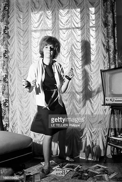 The Wounded Of The Twist En France Martine LECHIEN blessée au genou en dansant le twist dansant chez elle près d'un électrophone installé sous la...
