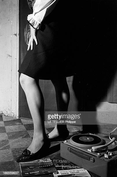 The Wounded Of The Twist En France Pierrette BERA blessée au genou en dansant le twist montrant son genou dans sa chambre debout près d'un...