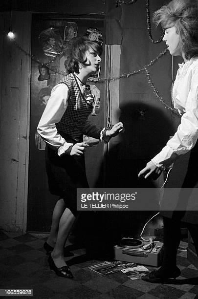The Wounded Of The Twist En France Pierrette BERA à gauche blessée au genou en dansant le twist dansant avec une autre jeune fille dans sa chambre...
