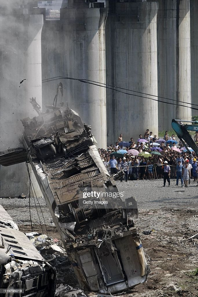 Death Toll Rises Following China Train Crash : ニュース写真