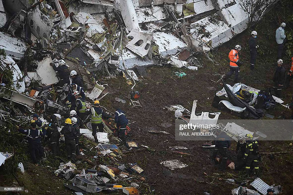 The wreckage of the LAMIA airlines charter plane carrying members of the Chapecoense Real football team is seen after it crashed in the mountains of Cerro Gordo, municipality of La Union, on November 29, 2016. A charter plane carrying the Brazilian football team crashed in the mountains in Colombia late Monday, killing as many as 75 people, officials said. / AFP / Raul ARBOLEDA
