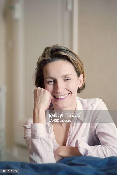 The Writer Anna Gavalda L'écrivain Anna GAVALDA auteur du livre 'JE L'AIMAIS' souriante de face le poing contre sa joue chez elle à Melun