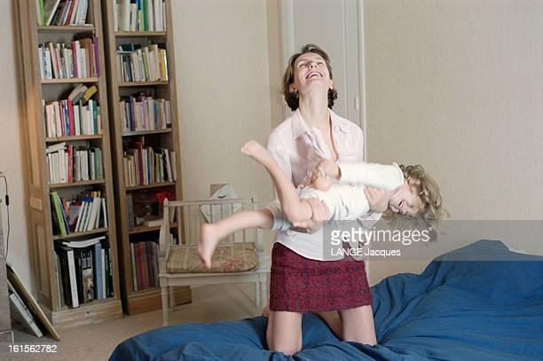 The Writer Anna Gavalda L'écrivain Anna GAVALDA auteur du livre 'JE L'AIMAIS' chez elle à Melun portant Félicité sa fille de 3 ans dans ses bras...