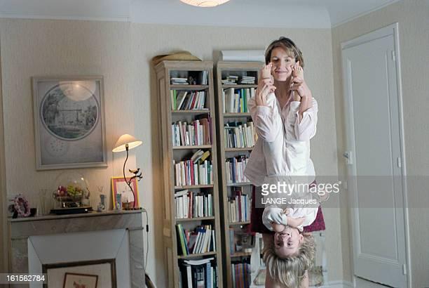 The Writer Anna Gavalda L'écrivain Anna GAVALDA auteur du livre 'JE L'AIMAIS' chez elle à Melun tenant Félicité sa fille de 3 ans par les pieds