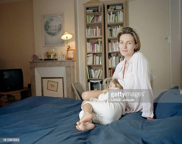 The Writer Anna Gavalda L'écrivain Anna GAVALDA chez elle à Melun et Félicité sa fille de 3 ans posant sur un lit lors d'un moment de détente