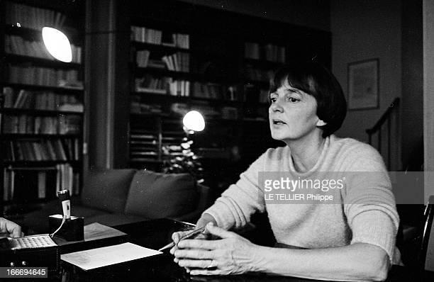 The Writer Anne Philipe Le 24 octobre 1966 l'écrivain français Anne PHILIPE chez elle assise dans son bureau s'aidant de ses mains pour appuyer son...