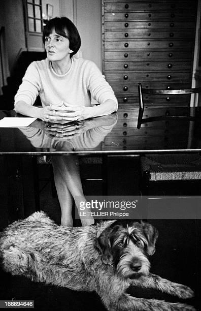 The Writer Anne Philipe Le 24 octobre 1966 l'écrivain français Anne PHILIPE chez elle dans son bureau assise devant sa machine à écrire son chien...
