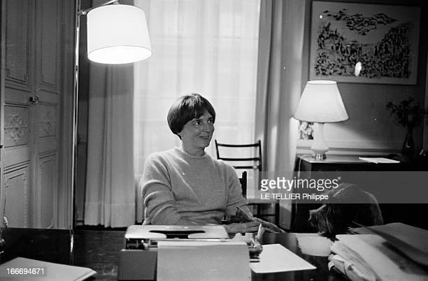 The Writer Anne Philipe Le 24 octobre 1966 l'écrivain français Anne PHILIPE chez elle dans son bureau assise devant sa machine à écrire souriante son...