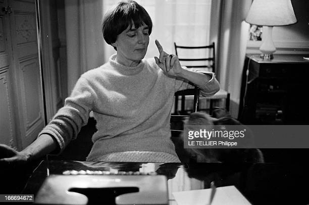 The Writer Anne Philipe Le 24 octobre 1966 l'écrivain français Anne PHILIPE chez elle dans son bureau assise devant sa machine à écrire s'adressant à...