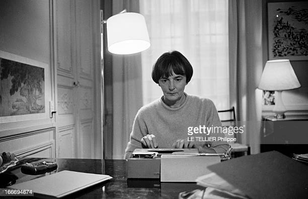 The Writer Anne Philipe Le 24 octobre 1966 l'écrivain français Anne PHILIPE chez elle dans son bureau tapant a la machine à écrireDans son livre 'Le...