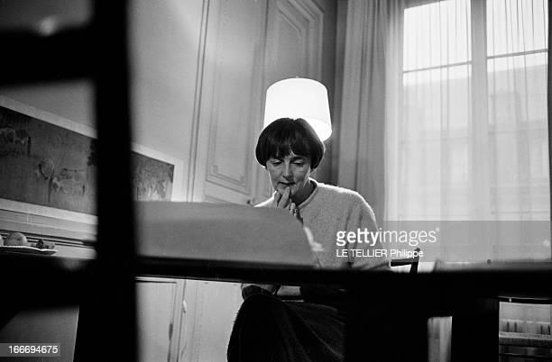 The Writer Anne Philipe Le 24 octobre 1966 l'écrivain français Anne PHILIPE chez elle dans son bureau assise devant sa machine à écrire réfléchissant...