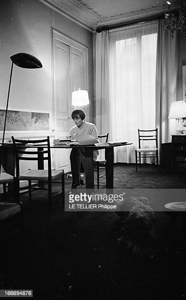The Writer Anne Philipe Le 24 octobre 1966 l'écrivain français Anne PHILIPE chez elle dans son bureau assise tapant sur sa machine à écrire son chien...