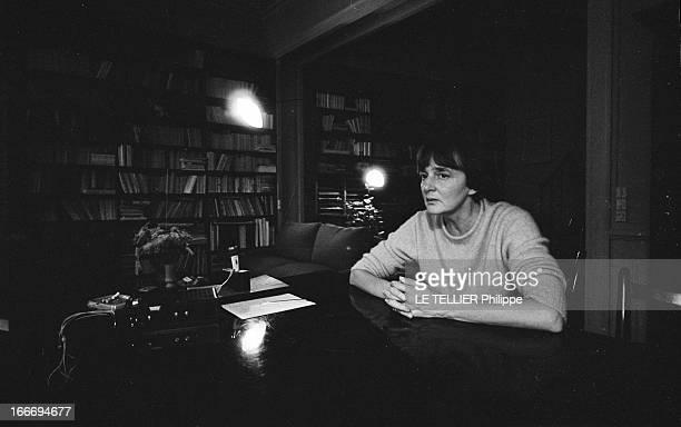 The Writer Anne Philipe Le 24 octobre 1966 l'écrivain français Anne PHILIPE chez elle assise à son bureau les mains croiséesDans son livre 'Le Temps...