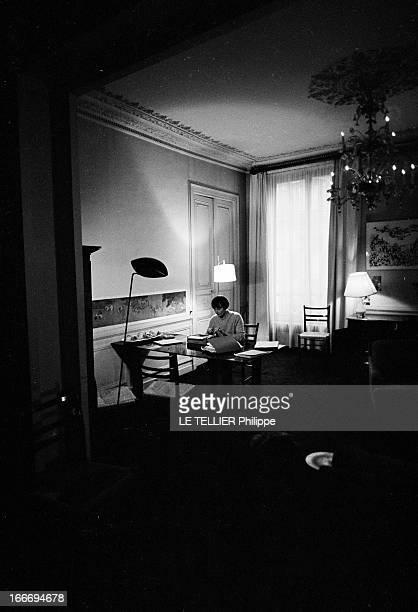The Writer Anne Philipe Le 24 octobre 1966 l'écrivain français Anne PHILIPE chez elle dans son bureau assise tapant sur sa machine à écrireDans son...