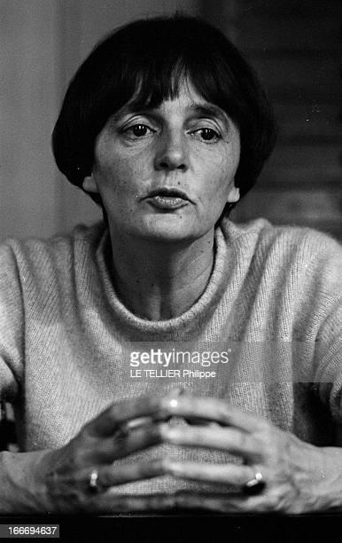 The Writer Anne Philipe Le 24 octobre 1966 portrait de face de l'écrivain français Anne PHILIPE chez elle dans son bureau les mains jointes Dans son...