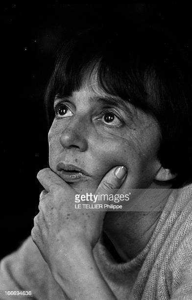 The Writer Anne Philipe Le 24 octobre 1966 portrait de l'écrivain français Anne PHILIPE chez elle dans son bureau une main sur le visageDans son...
